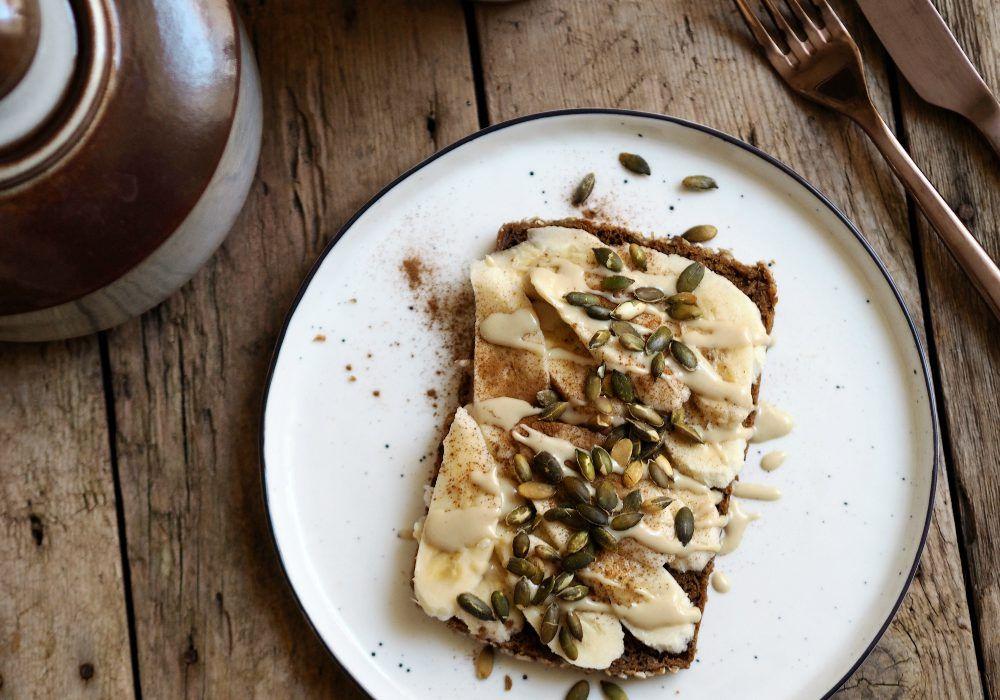 Morgenmad - ristet brød med banan, tahin, kanel og græskarkerner
