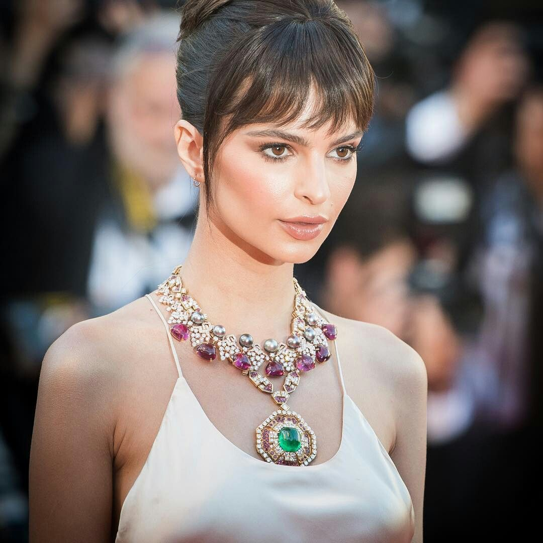 Looking back at some of the highlights from the @festivaldecannes opening ceremony, Emily Ratajkowski @emrata defintiely made a statement with coloured gemstones in this stunning ruby and emerald @bulgariofficial necklace. #colouronthecarpet #festivaldecannes #openingceremony #cannes2017 #ruby #emerald #necklace #statement #redcarpet