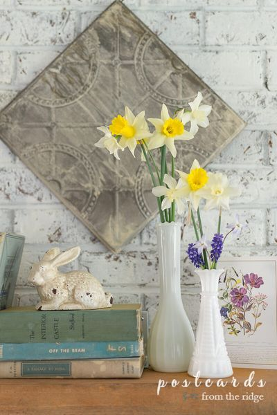 Love this mantel and all the other spring decorating ideas. #springdecor #manteldecor #vintagedecor #homedecor #springmantel