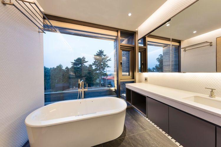 Fenster Badezimmer ~ Weiss grau badezimmer freistehende badewanne indirekte beleuchtung
