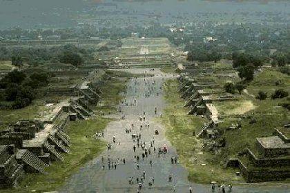 Risultato della ricerca immagini di Google per http://www.lswn.it/files/teotihuacan_viale_morti_da_piramide_luna.jpg