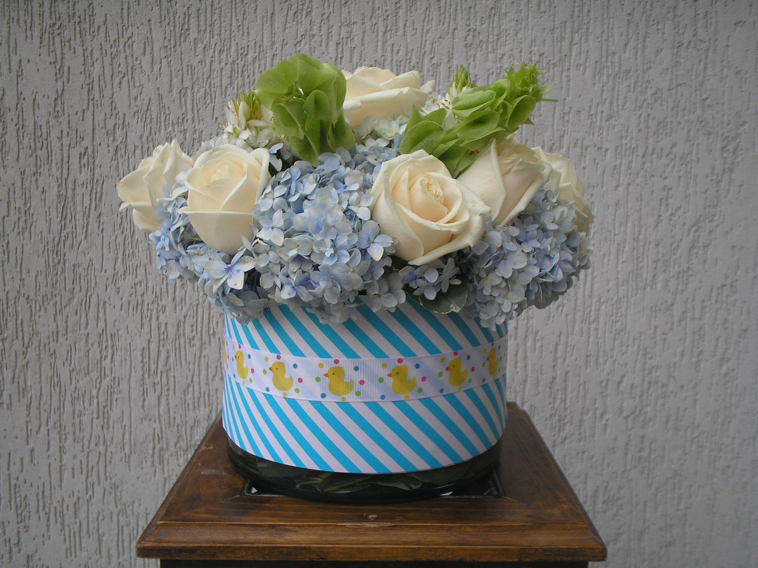 Centro de mesa para ni o adornado con rosas hortensias for Mesa baby shower nino