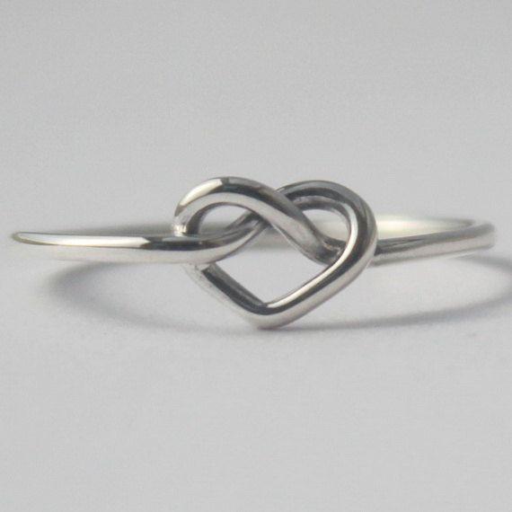 Meine Knoten Herz-Ring ist aus 925 Sterling Silber gefertigt. Süß und einfach ;) Das Herz hat seine Gründe, weshalb nicht kennt. -Blaise Pascal Da dieser Ring handgefertigt ist, jeder ist ein bisschen One of a Kindund werden nie 100 % genaue. Es ist wirklich ein von einer Art < 3