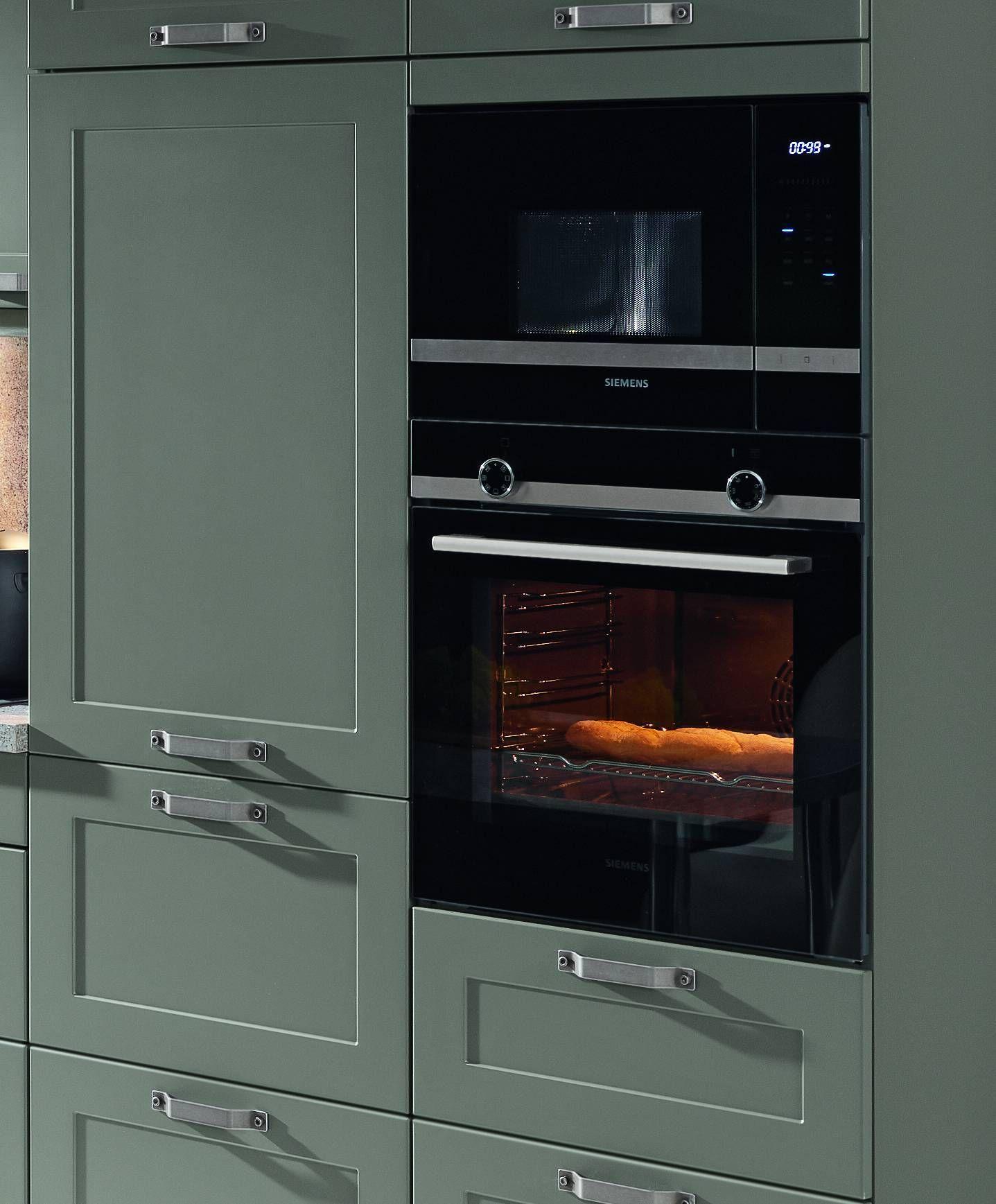 Dunkel Grau Gruner Hochschrank Mit Eingebauten Elektrogeraten Wand Ofen Kuchengalerie Kuche