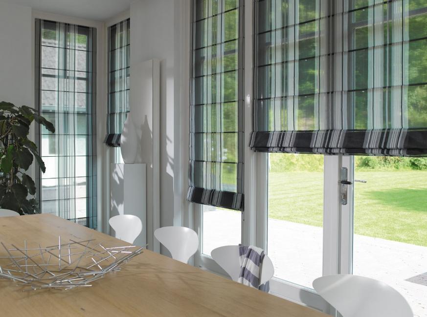 Raffrollo wohnzimmer Zimmer mit Fenster mit Blick auf den Garten ...