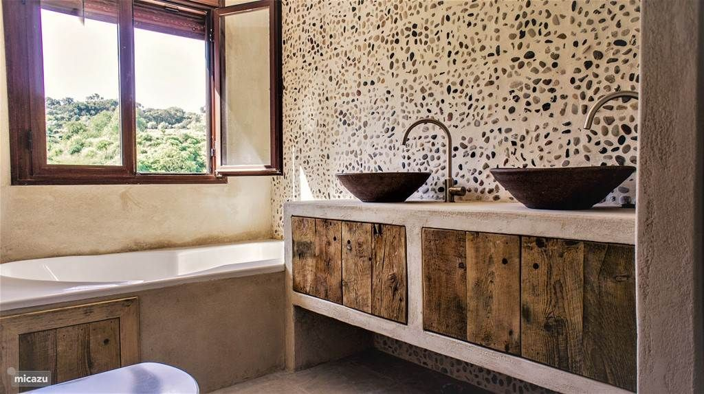 Badkamer Ibiza Stijl : Badkamer boven met grote stort douche toilet en ligbad met