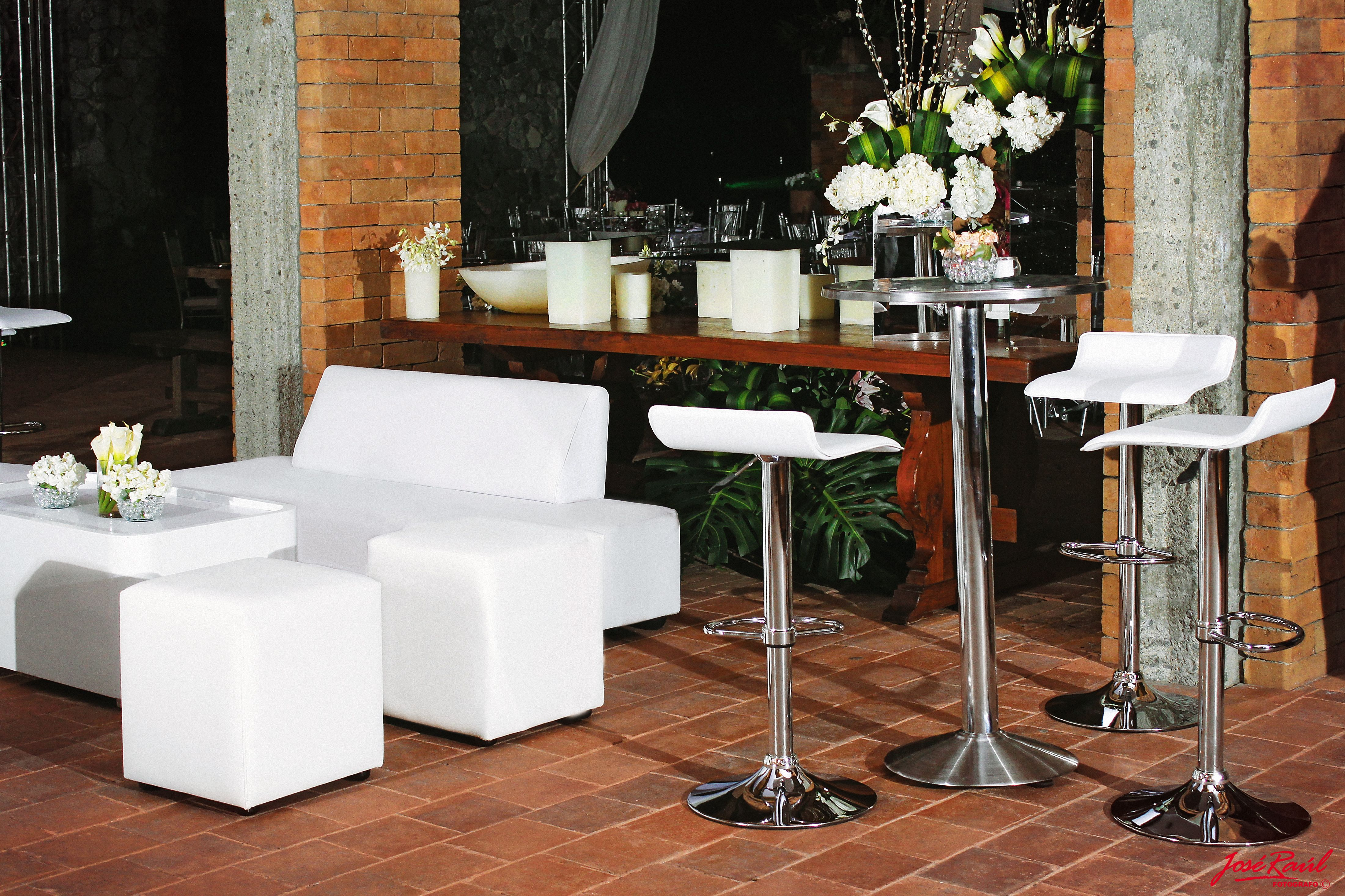 Mobiliario lounge blanco y mesa alta y sillas altas tipo for Mesas y sillas para salon