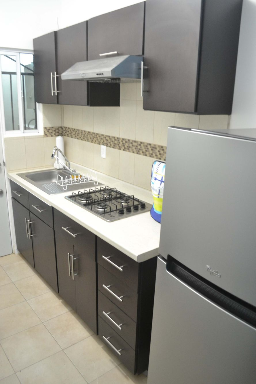 Cocina integral cuenta con refrigerador estufa for Mueble para estufa