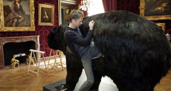 Taiteilija aikoo viettää kaksi viikkoa karhun sisällä