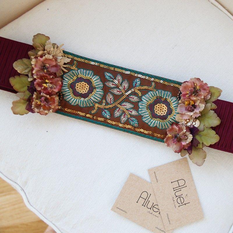 cinturn flores hecho a mano para look de boda con lentejuelas y flores en color granate
