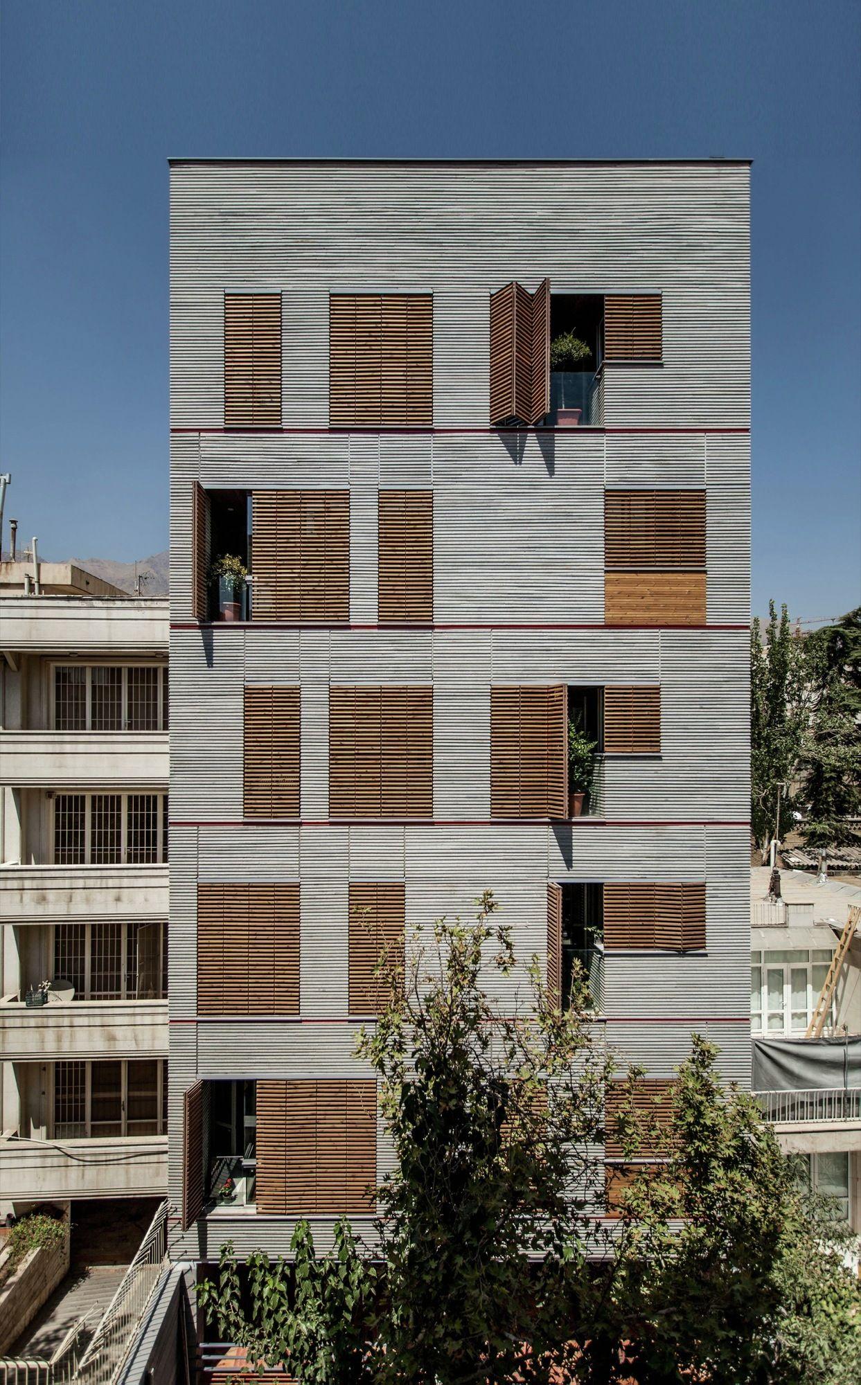 Construído na 2015 na Teerã, Irã. Imagens do Farshid Nasrabadi. O Edifício Residencial Andarzgoo foi construído em cinco unidades, cada uma com três dormitórios, em uma área de 215 metros quadrados. O térreo...