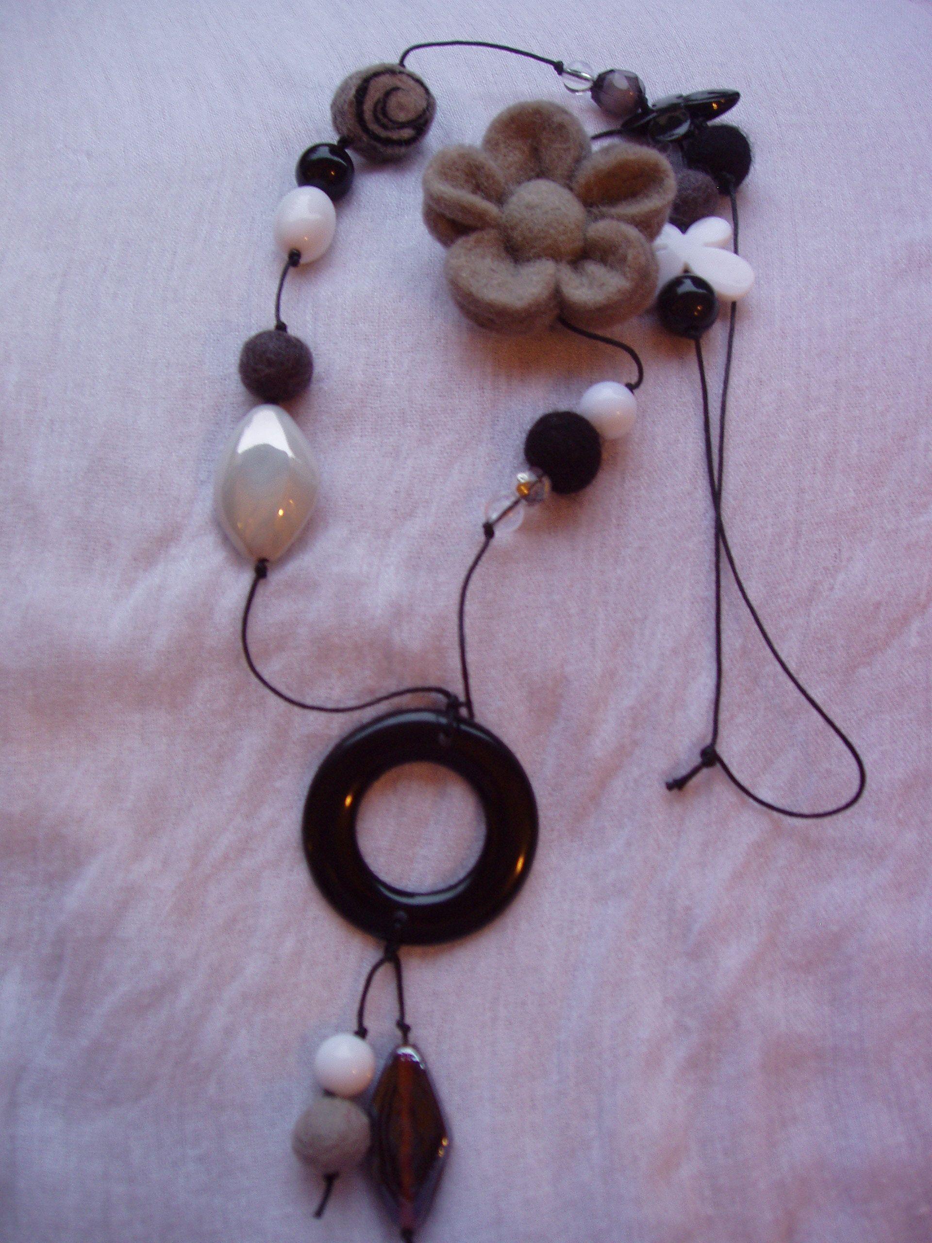 collana in cordoncino di cotone, perle di resina e lana cotta.