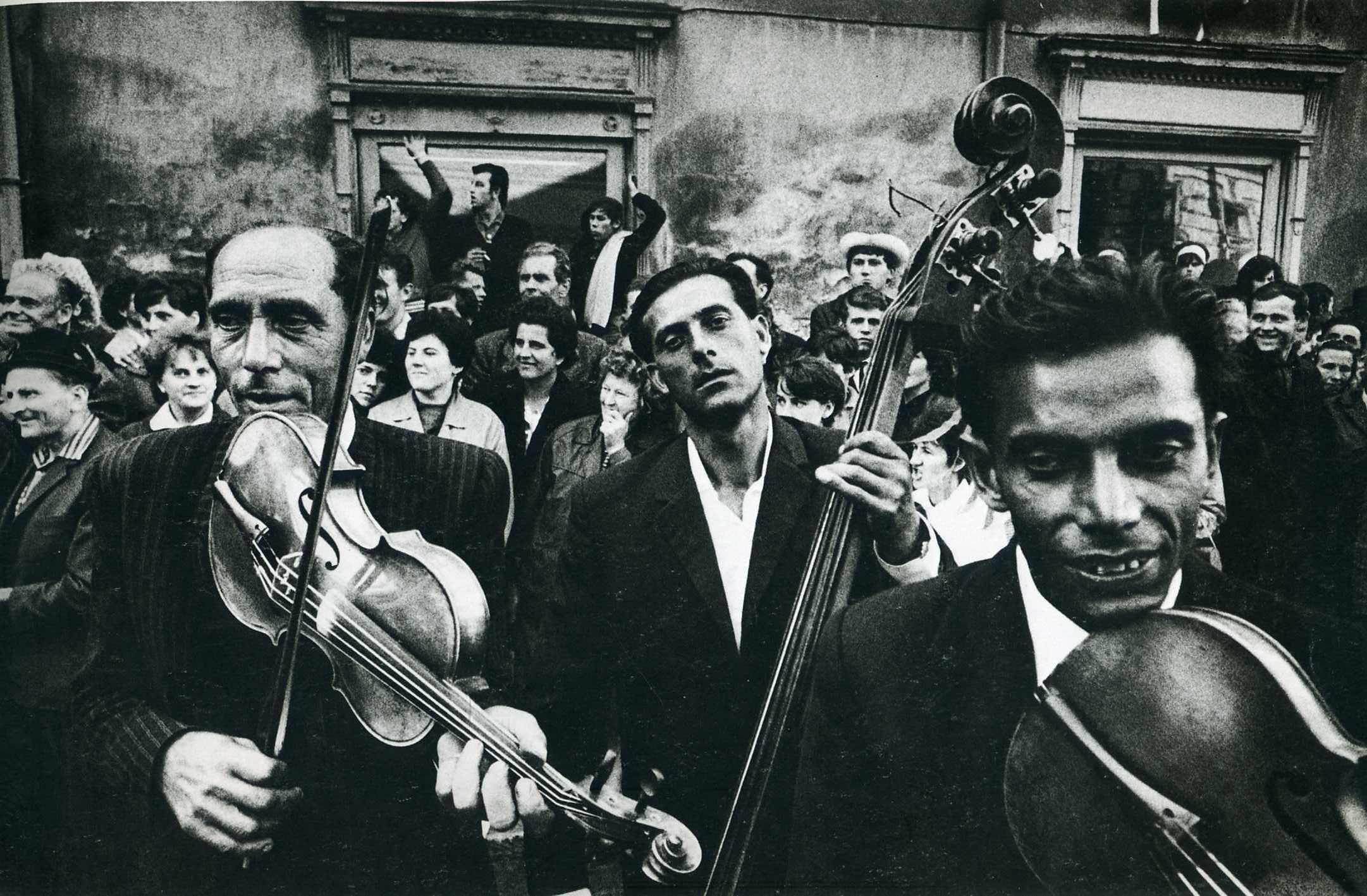 Gypsies, Josef Koudelka.   Músicos imponentes, los gitanos.