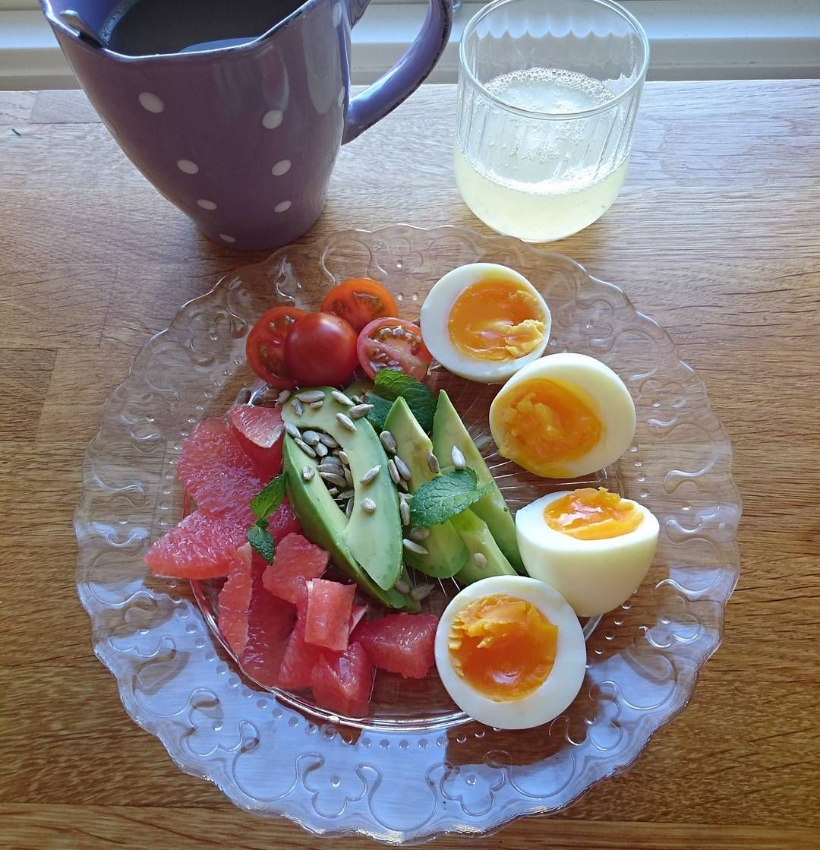 Godmorgon! Idag börjar jag dagen på bästa och godaste sättKokta ägg grapefrukt avokado solrosfrön tomat och mynta en shot aloe vera och kaffe på det Härligt att solen skiner idag så vi kan komma ut jag och lille sonen träna på att gå utan att hålla mamma i handen#paleo#paleo30dagar#ekologiskaägg#grapefrukt#avokado#enkeltochgott#aloeveragel#foreverliving#återförsäljare#perfektstartpådagen#mammaledig#15månaders#läragå#litenbörjarblistor by sandrasmatibilder