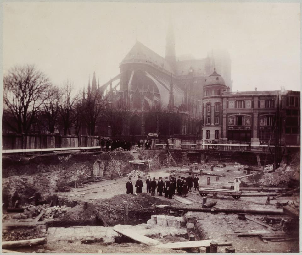 """Anonyme, """"rue du Cloître Notre-Dame"""", 1850 - 1900 © Musée Carnavalet / Roger-Viollet Via Paris Musées"""
