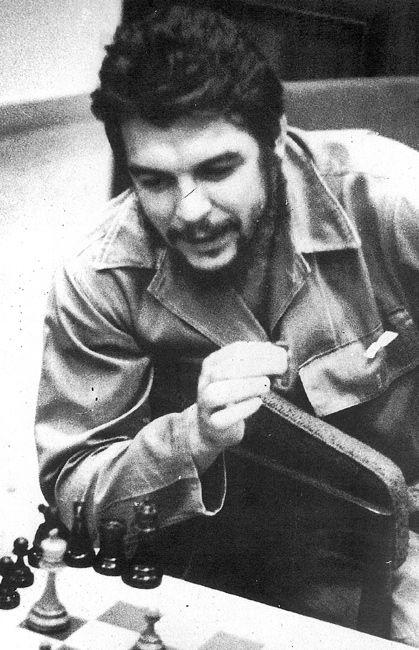 Torneos. 1960-1964. El desarrollo del ajedrez en Cuba tuvo en Che a uno de sus mayores propulsores. Su participación en diversos torneos de ajedrez, como un aficionado más, fue el incentivo mayor que pudo brindar a la popularidad que alcanzó desde entonces la práctica de este deporte en el país. Foto OAH