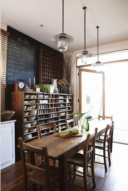 stilmix im esszimmer offenes regal rustikaler holztisch industrial lampen und wandgestaltung. Black Bedroom Furniture Sets. Home Design Ideas