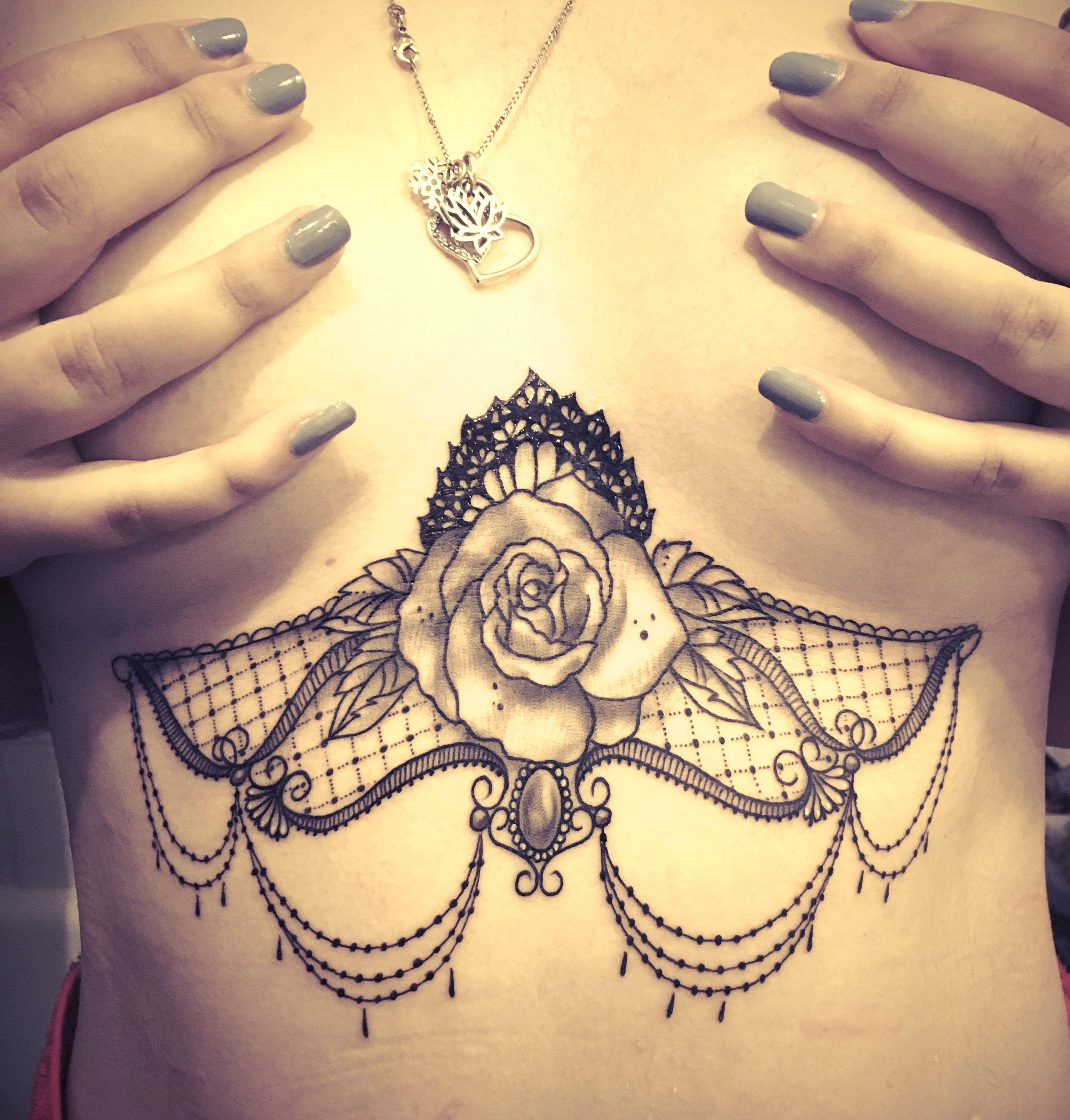 tatouage femme tatouage poitrine un tatouage de dessous de. Black Bedroom Furniture Sets. Home Design Ideas
