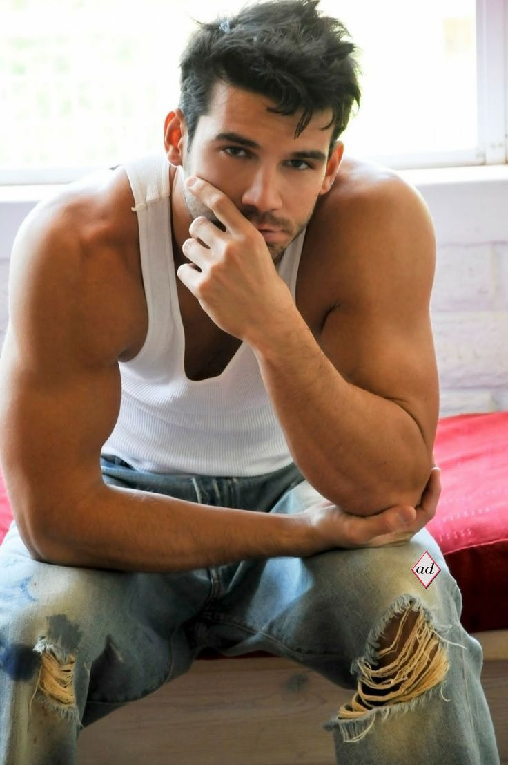 Hottie blows hunky lover