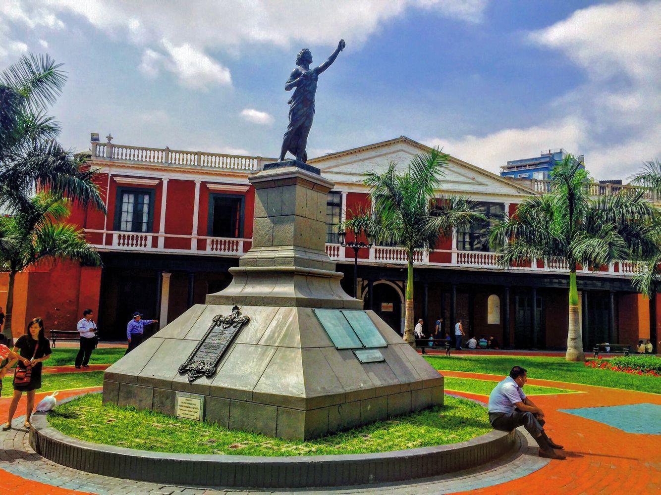 Estatua de la Libertad , Plaza Francia, Lima - Perú