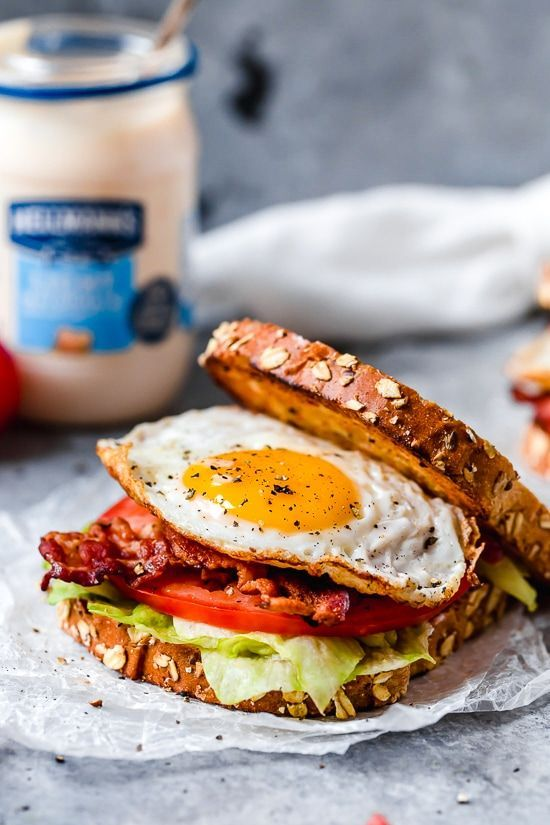 Frühstück BLT Egg Sandwich - Hautgeschmack -  Fügen Sie ein Spiegelei oder ein hart gekochtes Ei zu einem klassischen BLT-Sandwich hinzu und Sie - #BLT #BreakfastSandwiches #Egg #Frühstück #HashBrowns #Hautgeschmack #OvernightOats #Sandwich #WeightWatcherBreakfast