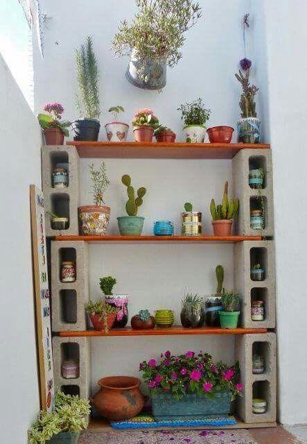 Repisa con bloques y tablas de madera para patio minis - Reciclaje de maderas usadas ...