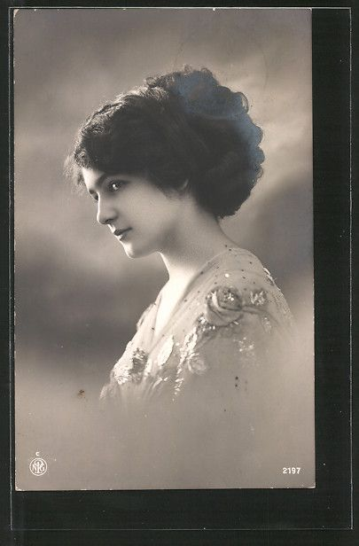 old postcard: Foto-AK NPG NR 2197: Porträt einer jungen Frau