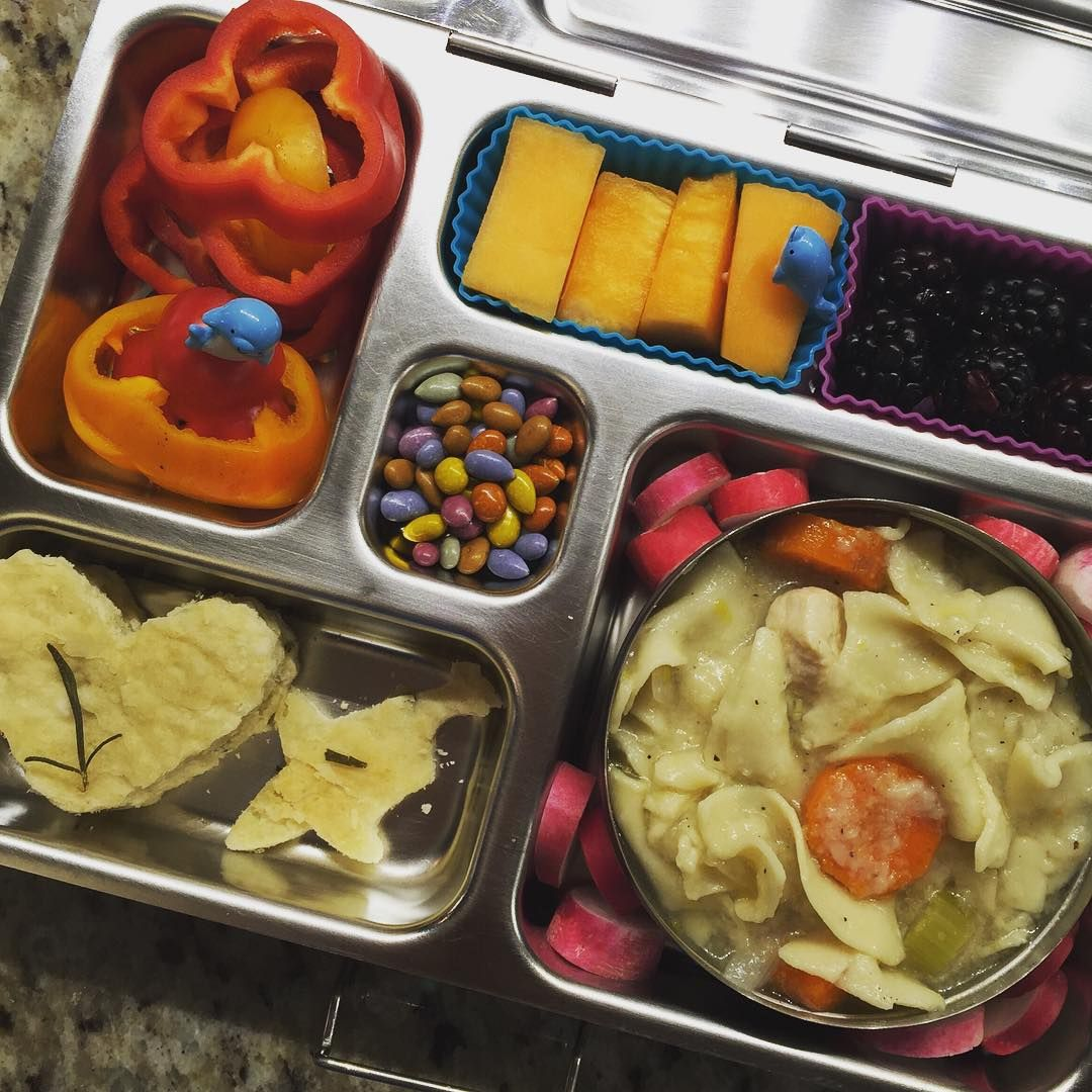 Love preparing lunch in the @planetbox after visiting the farmers' market. Tuesday's lunch is homemade organic chicken noodle soup, French breakfast radishes, homemade rosemary flatbread (with rosemary we grew! In heart shapes and obviously a tiny shark shape), tiny bell peppers, cantaloupe, blackberries, and chocolate covered sunflower seeds.  #peanutallergies #healthylunch #healthykidslunch #bento #eattherainbow #rockthelunchbox #realfoodschoollunch #planetbox #organic #realschoollunch…
