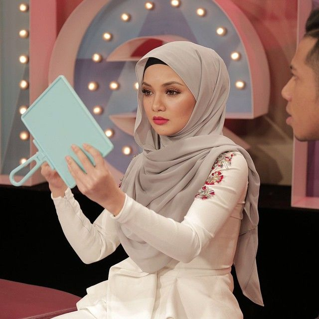 Noor Neelofa Mohd Noor On Instagram Believe Me Nobody Understands My Mirror Like I Do Cermin5ringgitper Hijab Fashion Muslimah Fashion Hijab Style Tutorial