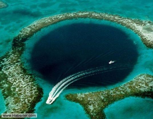 Önceki Resim  İNANILMAZ 29 DOĞA OLAYI 10. Büyük Mavi Çukur: Belize açıklarında bulunan 'Büyük Mavi Çukur' gezegenin en iyi dalış noktası sayılıyor. 1971'de ünlü bilim adamı Jaques Yves Cousteau tarafından adı tüm dünyaya duyurulan 305 metre çapında, 146 metre derinliğindeki çukur her ne kadar dalma meraklılarının çok iyi bildikleri bir yer olsa da, böge yerlileri için hala esrarını koruyor.