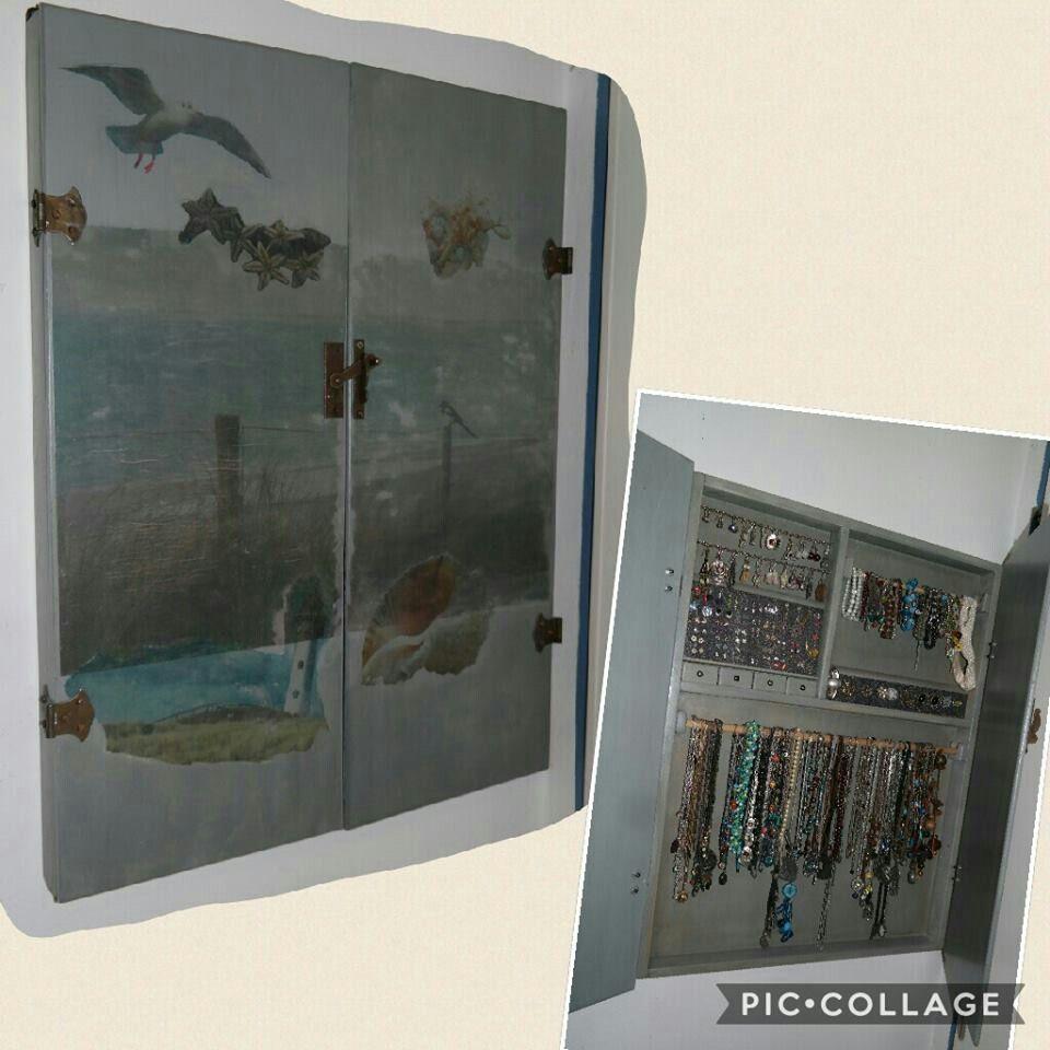"""Sieraden kast gemaakt, van multiplex, en """"antiek"""" beslag van Karwei. Past precies achter de slaapkamer deur. Met verdunde houtlijm uitgeprinte foto's erop gemaakt."""