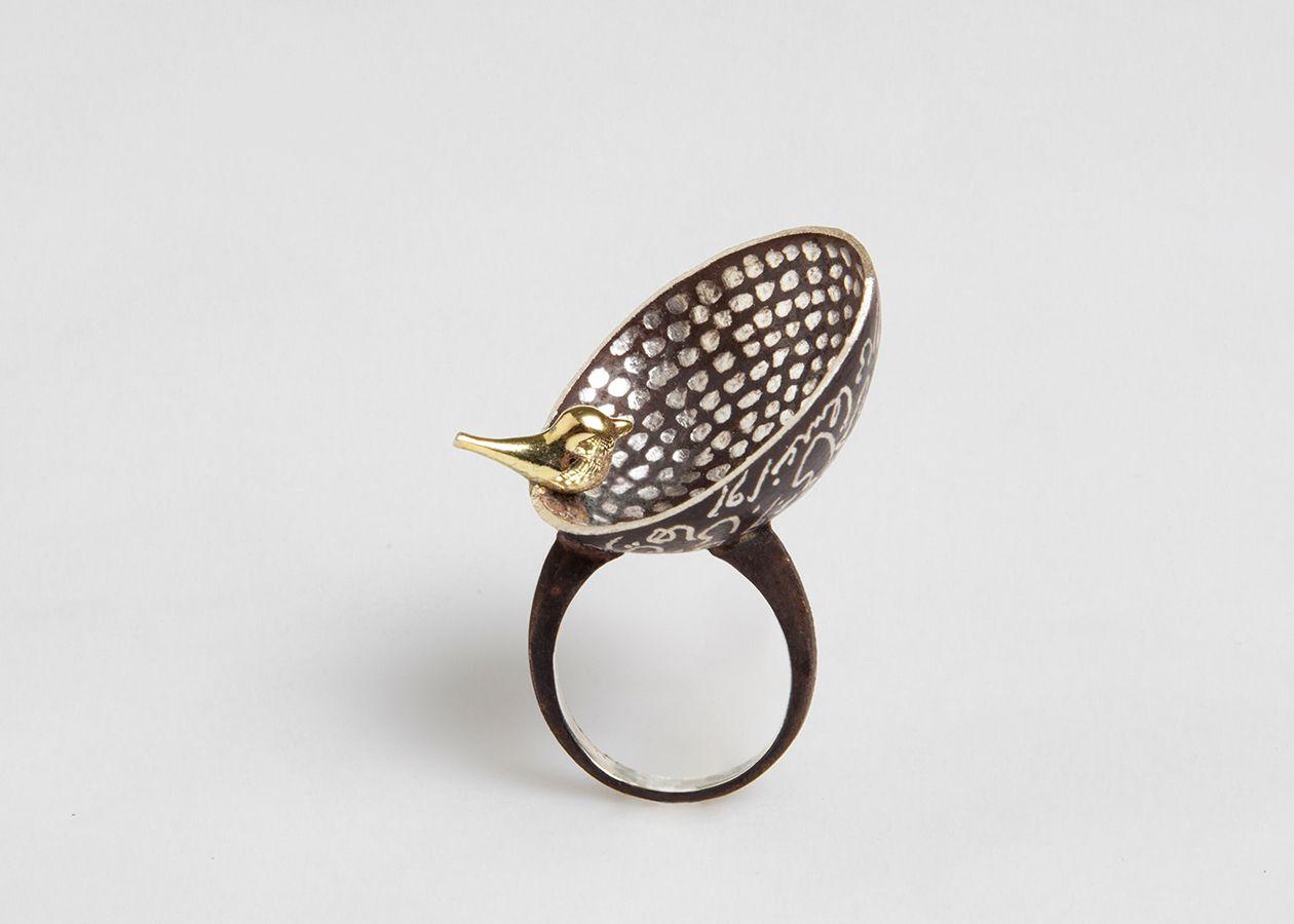 Anello in argento con particolare in ottone placcato in oro 18K.