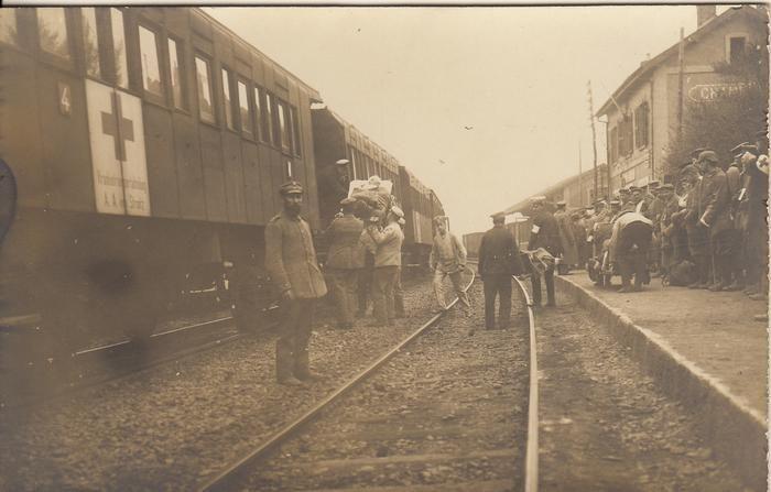 Bild von Dr. Volker Kirchhoff , Bodmann-Ludwigshafen. Sein Großvater Dr. med. Friedrich Urnau (1887-1974) aus Freiburg war Bataillonsarzt. Hier werden auf dem französischen Provinzbahnhof Chambly Verwundete in einen Zug verladen.