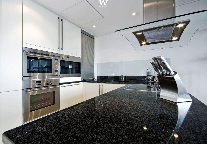 Die Schwarze Granitplatte Ist Ein Klassiker In Den Kuchen Wohnidee Von Woonio Schwarzer Granit Granit Arbeitsplatte Kuchenarbeitsplatte