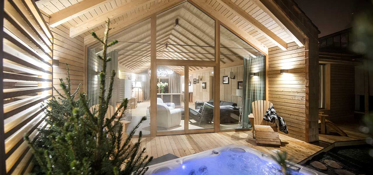 Exterior view of Chalet Zeno with Jacuzzi and view of the living