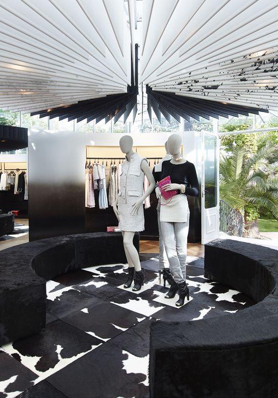 La boutique éphémère Chanel à Saint-Tropez   retail - podium ... 0c462d2c129