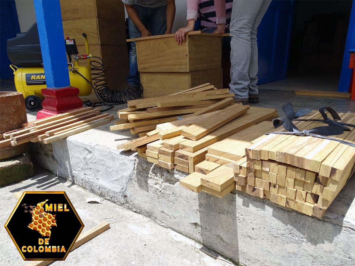 En nuestras colmenas usamos una buena madera, es costosa, por tal motivo no usamos productos impermeables y puede dejarse sin pintar. Es una madera pesada y muy estable, ademas funciona bien como aislante y no contiene condensacion. 100% natural