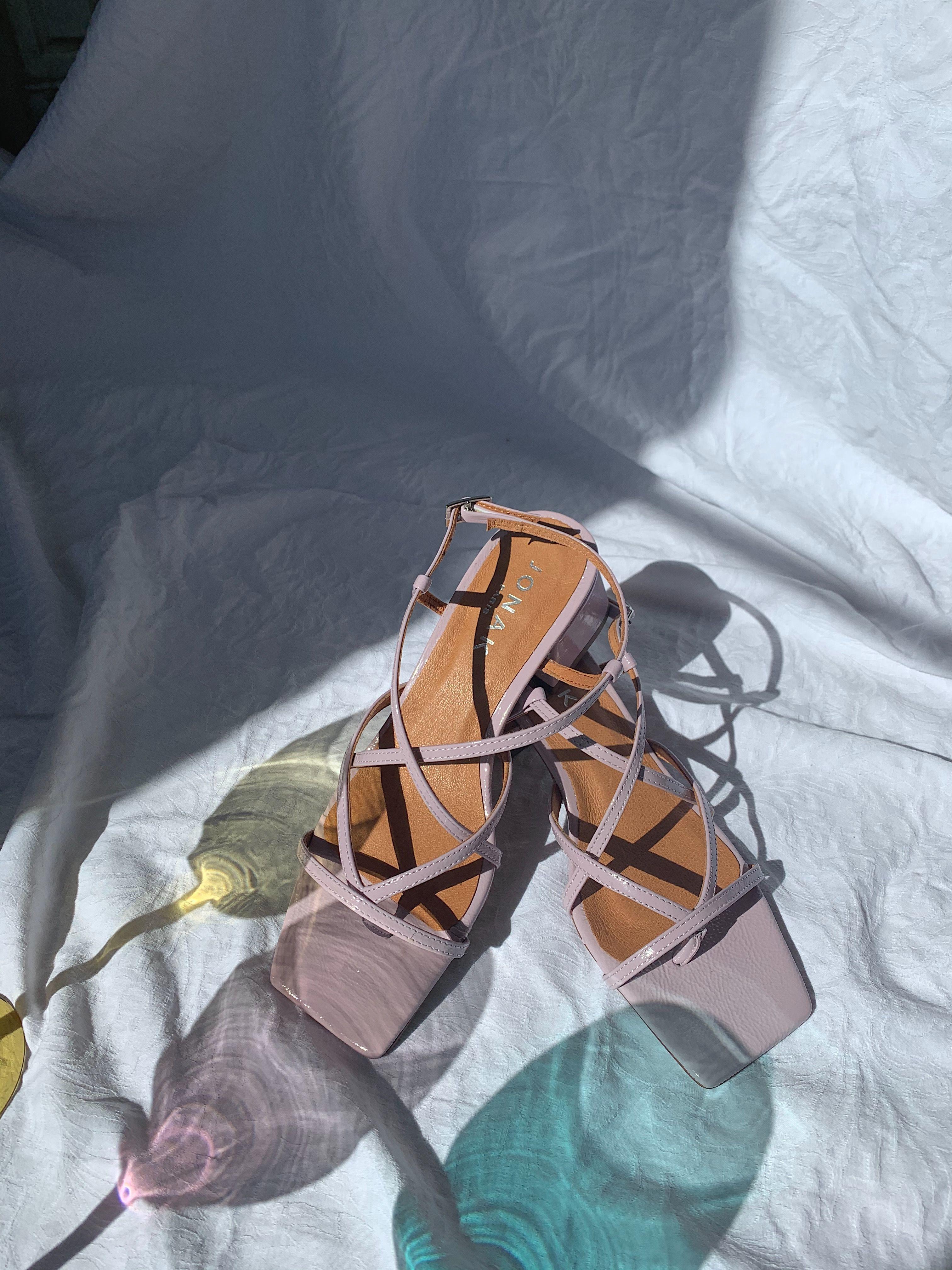 Sandales à fines brides croisées Femme en cuir vernis lilas