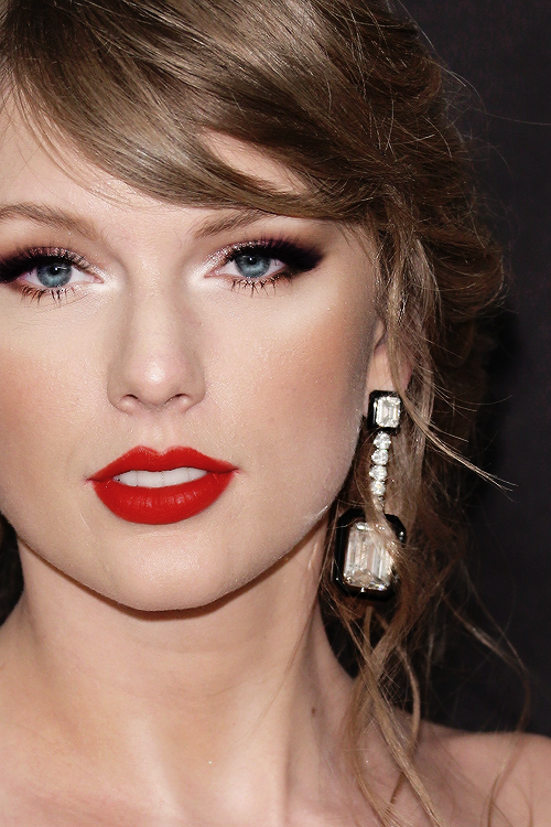 Pin by Colin Blades on TS Bow to her | Taylor swift makeup, Taylor swift  hot, Taylor swift pictures