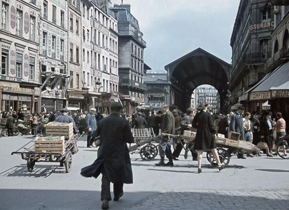 Les Halles. Paris, juillet 1942 - © André Zucca - Les Parisiens sous l'occupation.
