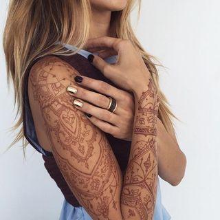 80 tatuajes de henna que querrás probar is part of Henna tattoo designs, Henna tattoo, Henna sleeve, Henna ink, Henna, Tattoos - Se llevan utilizando desde hace siglos y la verdad es que nunca han dejado de estar de moda  El souvenir perfecto de unas exóticas