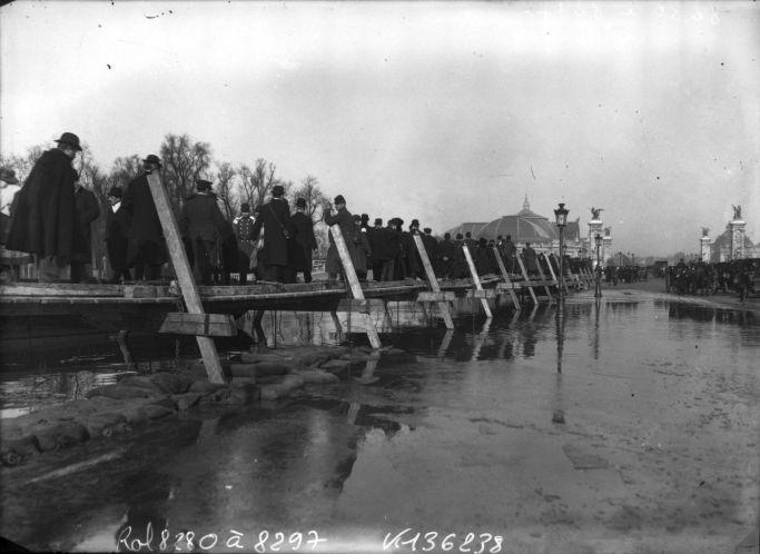 Inondations, janvier 1910, place de la Concorde, Paris, 8e arrondissement, foule sur des planches surélevées : photographie de presse / Agence Rol