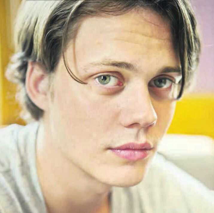 Bill Skarsgard His Big Green Eyes Are So Gorgeous And His Lips Bill Skarsgard Actors Bill Skarsgard Pennywise The actor is the furthest thing from his onscreen character with hauntingly beautiful eyes and perfect lips. pinterest