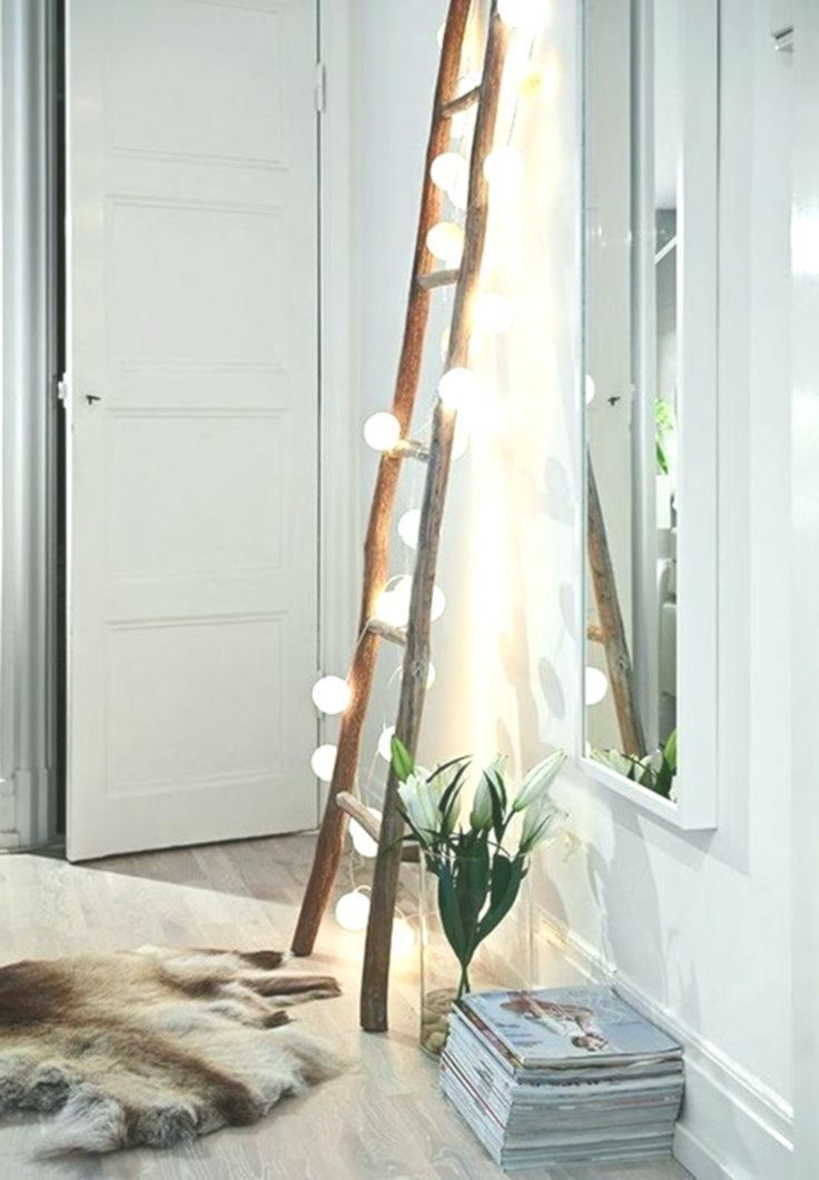 skandinavische Einrichtung im Wohnzimmer Holzleiter mit ...