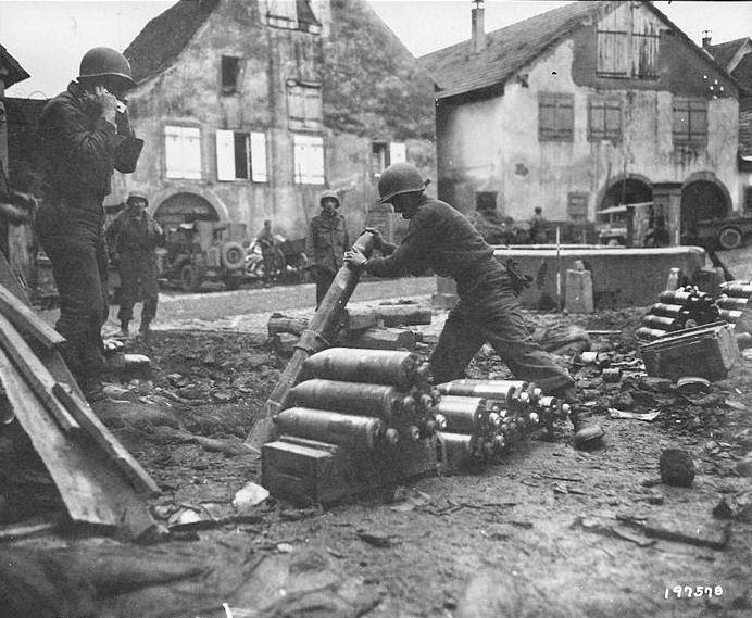 9 décembre 1944, artilleurs américains à Zellenberg, au nord de la poche,  tirant sur les positions allemandes du secteur de Mittelw…   Armée  française, Colmar, Nord