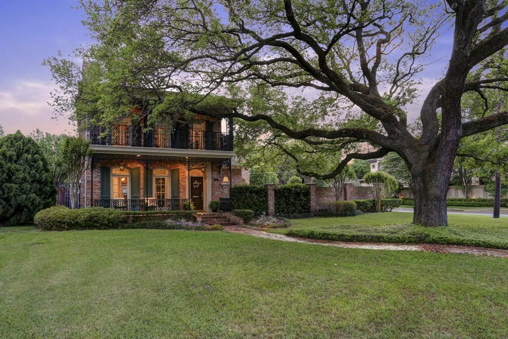 5099 Fieldwood Dr Houston, TX 77056: Photo Situated on  10,253 sf (per HCAD) corner lot, this charming home boasts 4-5BR's & 4 full and 2 half baths.