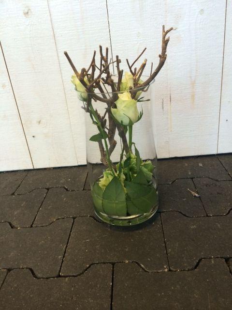 Decoratief bloem arrangement gemaakt op een glazen vaas for Decoratie in vaas