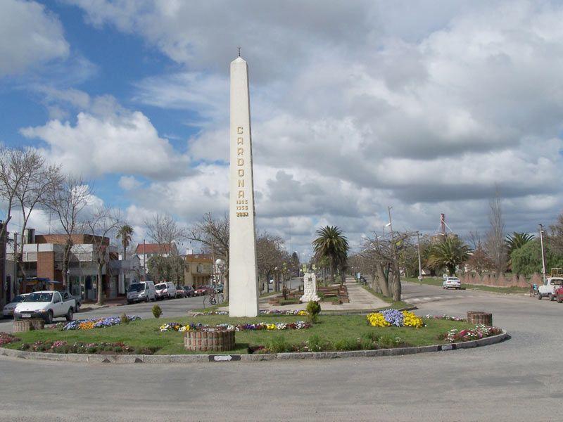 CARDONA - Soriano.-  La Ciudad de Cardona tiene la característica que de un lado de la Ruta 12 se encuentra esta ciudad que pertenece al Departamento de Soriano  y sobre el lado opuesto, se ubica la ciudad de Florencio Sanchez (Departamento de Colonia).