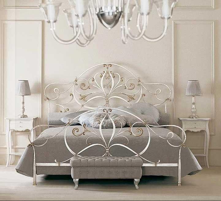 Schlafzimmer · Dekoration · Metallbett Antik Silber Mit Barock Stil Kopf   Und Fußteil Inklusive Mit Grau Bettwäsche Für Luxus