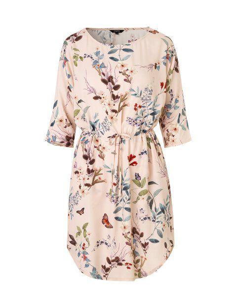 dac355cbfdb Dewianna er en super feminin og trendy kjole fra mbyM. Kjolen har en løs  pasform, hvor din figur understreges af bindebåndet i taljen. Kjolen har  rund hals